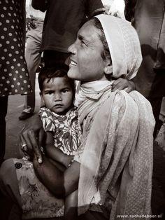 Dakloze jonge vrouw in New Delhi - by Sacha de Boer