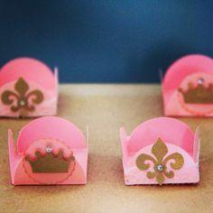 Forminhas. lacosdourados.blogspot.com.br Royal Party, Diy And Crafts, Paper Crafts, Ideas Para Fiestas, Silhouette Cameo Projects, Kids Prints, Princesas Disney, Bake Sale, Princess Party