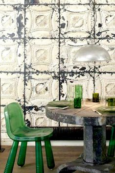 The beauty of the imperfect: chipping, humidity, irregular and worn walls are Mod. Brooklyn tins in green. Rustic Wallpaper, Wallpaper Decor, Pattern Wallpaper, Wallpaper From The 70s, Brooklyn, Style Rustique, Rustic Style, Decoration, Wall Art Decor