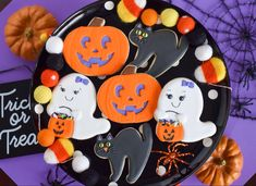 These Easy Halloween Cookies are the perfect addition to your Halloween party snacks table. With this easy to follow step by step tutorial, you'll have a Halloween treat that will not only look good but taste just as yummy! Ghost Cookies, Cat Cookies, Cookies For Kids, Halloween Cookies Decorated, Halloween Cookie Cutters, Halloween Party Snacks, Easy Halloween, Cookie Tutorials, Shaped Cookie