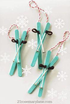 Om ett gäng möss kommer skidande hem till dig på julbesök så skulle du med fördel kunna dekorera granen med deras skidor. Ett säkrare kort är att göra några par skidor av glasspinnar!
