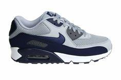 Mooie Nike Air Max 90 Essential sneakers voor heren. Uitgebracht in de kleuren grijs met donkerblauw en wit. Naar ons mening een echte lenteschoen.