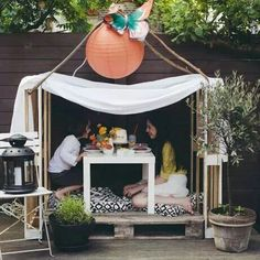 We have used just 3 shipping pallet skids and formed this DIY pallet playhouse out of them with a very simple arrangement. We have just floored one pallet and Toddler Playhouse, Pallet Projects Diy Garden, Pallet Playhouse, Outdoor Play Spaces, Bedroom Crafts, Indoor Outdoor Furniture, Diy Pallet Furniture, Wooden Diy, Wooden Pallets