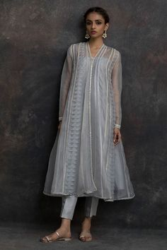 Wedding Outfits & Prom Looks Pakistani Formal Dresses, Pakistani Fashion Casual, Pakistani Dress Design, Pakistani Outfits, Indian Outfits, Indian Fashion, Dress Indian Style, Indian Dresses, Indian Designer Outfits