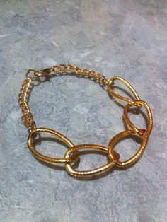 Pulsera de cadena color oro.