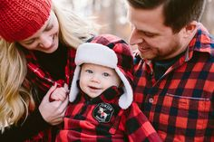 Family picture ideas.  Red and black plaid family photo.  Winter family picture…