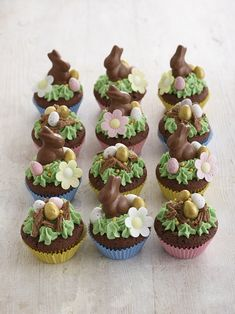 So elegant looking but so easy to make these Easter cupcakes make clever use of Mini chocolate bunnies, Mini candy coated eggs chocolate eggs, a Cadburys flake and Edible flowers to a very quick and easy to create Easter cupcake. Easter Bunny Cupcakes, Easter Cookies, Easter Treats, Easter Cake, Cupcakes Kids, Easter Food, Easter Party, Cupcake Recipes, Cupcake Cakes