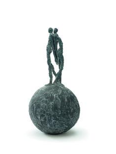 """""""Together"""": bronzen beeld van de Vlaamse kunstenares Linde Ergo."""