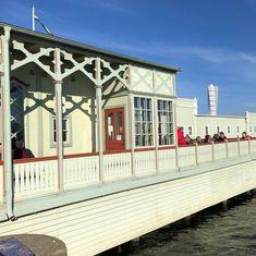 Farbou z ľanového oleja v odtieni Ribbanska zelená bola v roku 1994 natretá aj dubová plaváreň pre otužilcov v Švédskom Malmö. Drsná severská klíma stavbe postavenej na brehu mora uškodila iba málo. __ #farby #nasefarby #lanovafarba #farbyzlanovehooleja #obnovaobchod #lanovefarby #ottosson #ottossonfarg #ottossonfarby #lanovefarby #obnovashop #obnovaeshop #farbynacokolvek #drevoniejehnede #drevonemusibytibahnede #malmö #malmo #ribanskazelena #ribban #ribbangrön #ribbanskazelena Mansions, House Styles, Life, Instagram, Home Decor, Decoration Home, Manor Houses, Room Decor, Villas