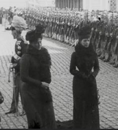 Alix H with her aunt Queen Alexandra Queen Victoria Family, Alexandra Feodorovna, Princess Alice, Tsar Nicholas, Elizabeth I, Imperial Russia, Victorian Women, Queen Mary, Ferdinand