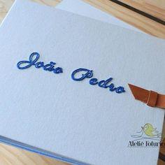 Álbum personalizado com bordado manual e fecho em couro.⠀ Contato e encomendas pelo email ola@ateliefofurices.com.br⠀ #ateliefofurices #albumdefotografia #album #fotografia #photo #fotografia #foto #fotografo #feitoamao #handmade #bookbinding #personalizado #caixa #box #cartonagem #artesanal #artesanato #costura #menino #bebe #mamae #maternidade #embroidery #bordado #embroideryart #bordadomanual