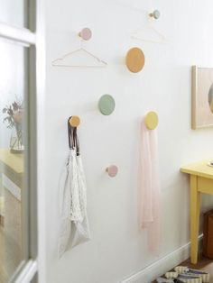 Diese hübschen Wandhaken können nicht nur im Flur zum Einsatz kommen. In fröhlichen Pastellfarben erstrahlen sie auch das Schlafzimmer. Hier geht es zur DIY-Anleitung.