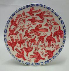Este plato quedaría precioso en cualquier habitación de mi casa Pottery Plates, Ceramic Plates, Ceramic Pottery, Ceramic Art, Vogel Illustration, Atelier D Art, Deco Originale, Sgraffito, Art Graphique
