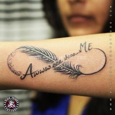 tatauaje con opluma en el brazo del infinito