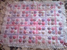 http://arte-com-a.blogspot.com.br/2011/07/manta-de-piquet-com-fuxicos-rosa-e.html