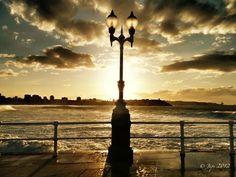 Gijón, al atardecer en la playa de San Lorenzo.
