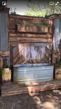 LOVE this water feature for by our back patio 👌🏻😍 Backyard Projects, Outdoor Projects, Backyard Patio, Backyard Landscaping, Pallet Projects, Desert Backyard, Sloped Backyard, Backyard Ideas, Porches