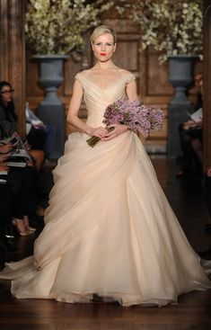 Amazing wedding dress from Romona Keveza Couture ※Monique Lhuillier 着用時ブーケ形(ボリューム含む)イメージ
