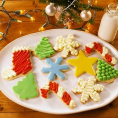 With a super simple decorating technique, these fun, festive and super delicious Christmas Shortbread Cookies look like they came from a fine baking shop! Best Christmas Cookies, Christmas Sugar Cookies, Christmas Sweets, Holiday Cookies, Holiday Treats, Christmas Cupcakes, Christmas Parties, Christmas Recipes, Gingerbread Cookies