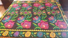 Coperta di lana tessuta a mano secondo le tradizione rumene.vintage1950s.con disegnio floreale,8 rose rosse su fondo nero. di TRADIZIONALE su Etsy
