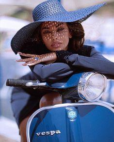 Vespa Scooter, Vespa Girl, Scooter Girl, Vogue Paris, Beauty Fotos, Cafe Racer Build, Outfits Damen, Coco Mademoiselle, Biker Girl