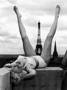 Betty Bjurstrom, a Swedish model and actress, whose 1947 photo by Christer Stromholm is sometimes mistaken as Marilyn. However, Betty is missing Marilyn's distinctive widow's peak and she never visited Paris. NOT Marilyn Monroe. Henri Cartier Bresson, Ansel Adams, Pin Up, White Photography, Street Photography, Monochrome Photography, Mm Paris, Paris Girl, Bild Tattoos