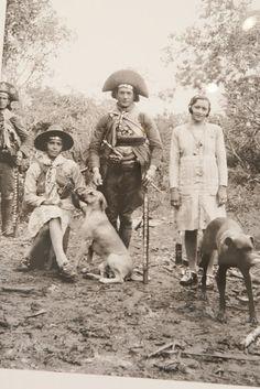 Juriti, Nenem (sentada), Luis Pedro e Maria Bonita, fotografados por Benjamin Abrahão - Cangaço - Nordeste - Brasil