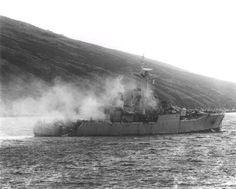"""Fotografía a solo minutos del ataque de los PERRO y GATO,del Escuadron """"LAS AVUTARDAS SALVAJES"""" a la F-126 HMS PLYMOUTH (RN CODE/GOLF-DELTA-FOXTROT-ALFA),ese 8 de junio de 1982,en la que se observan los graves incendios,y en la amura de estribor,borde superior de la banda de estribor, el daño en el LIMBO,que fué arrancado """"de cuajo"""",algo similar a la unidad de lanzamiento del SEA CAT del HMS GLAMORGAN. Precisamente está saliendo humo por el orificio descripto."""