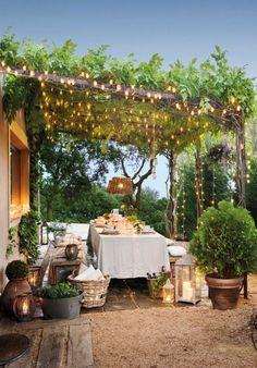 Decoración de exterior con guirnaldas de luces. Zona de comedor al aire libre. #jardinespatios
