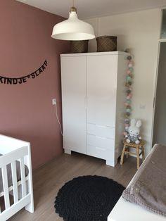 Babykamer met kleuren oud roze / grijs / wit en goud. Tekstslinger op de muur kan aangepast worden naar elke tekst die je wilt.  De cottonballlights geven ook zonder licht een mooi en leuk effect in de kamer.