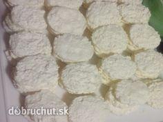 Kokosové laskonky 6 ks vaječný bielok 330 g kryštálový cukor 170 g strúhaný kokos 100 g práškový cukor KRÉM 350 ml mlieko 1 ks puding zlatý klas 3 PL hrubá múka 250 g maslo 1 ks žĺtok 80 g práškový cukor