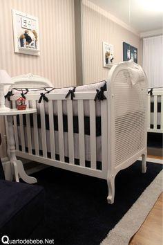 enxoval de bebê azul marinho e branco provençal com tapete azul e cinza