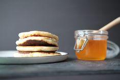 Als ich noch Kind war, hat es Sonntags immer Apfel-Pfannkuchen gegeben. Es war unsere Familien-Tradition, dass mein Papa an diesem Tag in der Küche gestanden ist und für seine kleine Frauen ein… Kind, Pancakes, Breakfast, German Apple Pancake, Simple, Families, Crepes, Griddle Cakes