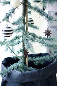 Lisettes perler...: NIB utfordring: Jul i vårt hus... Christmas Fun, Modern Christmas, Scandinavian Christmas, Little Christmas, White Christmas, Rustic Christmas, Christmas Decorations, Holiday Decorating, Minimalist Christmas