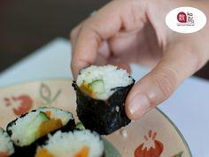 EL MEJOR RESTAURANTE JAPONÉS EN MÉXICO. ¿Sabía que el sushi puede comerse con las manos? La manera tradicional de comer sushi es con las manos, por lo que no debe preocuparse por usar de manera correcta los Kuàizi, lo verdaderamente importante es no dejar de probar nuestra deliciosa cocina japonesa en Restaurante Kazuma, con nuestra deliciosa variedad de sushi. Le esperamos en Julio Verne #38 Colonia Polanco en la Ciudad de México. #lamejorcomidajaponesa