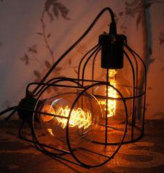 Enklare svart burlampa med G95 koltrådslampa via Vintage Lighting. Click on the image to see more!