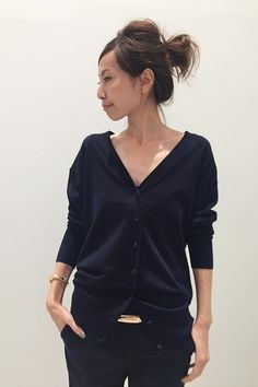 Buttoned up cardie Office Fashion, Work Fashion, Daily Fashion, Fashion Outfits, Womens Fashion, Simple Outfits, Cute Outfits, Parisian Chic Style, Look Street Style