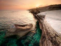 Agua de mar verdosa en la rocosa costa de Chipre