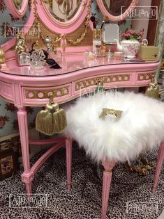 New refinishing furniture diy table bedrooms Ideas Shabby Chic Furniture, Pink Furniture, Hand Painted Furniture, Refurbished Furniture, Home Decor Furniture, Furniture Makeover, Vintage Makeup Vanities, Vintage Vanity, Belle Photo