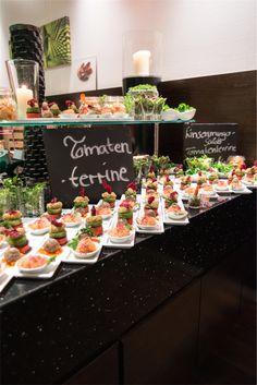unser reichhaltiges, veganes Vorspeisenbuffet Fondue, Table Settings, Vegans, Tomatoes, Place Settings, Tablescapes