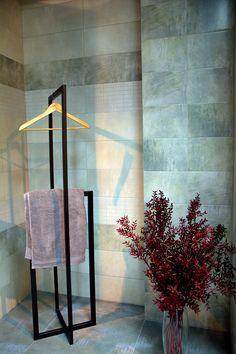 No 23 Wieszak stojący metalowy jest idealnym rozwiązaniem do garderoby, sypialni czy łazienki. Dzięki jego kształtom przygotujesz ubrania na następny dzień z pewnością, że Ci się nie zagniotą, a w łazience szlafrok znajdzie już swoje miejsce. Stojak w całości jest wykonany ręcznie z dbałością o każdy detal. Każdy element obrabiany jest ręcznie a następnie malowany proszkowo, co gwarantuje jego jakość. Stojak dostępny w dowolnym kolorze z palety RAL