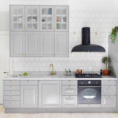 Pretty little kitchen at Ingemarsgatan 8 for sale by @visionmakleri _ #sthlmrealestate #interior #interiordesign #homeinterior #inspo #inredning #stockholm #inspiration #hemnet #vasastan #vardagsrum #forsale #hemnet #kungsholmen #stockholm #design #södermalm #östermalm #realestate #interiör #interior4u #interior4all