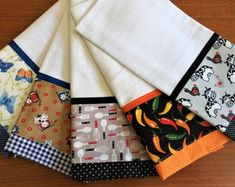 panos-de-prato-com-barrados-duplo-kit Dish Towels, Tea Towels, Patchwork Kitchen, Sewing Hacks, Sewing Projects, Halloween Sewing, Mug Rugs, Table Toppers, Kitchen Towels
