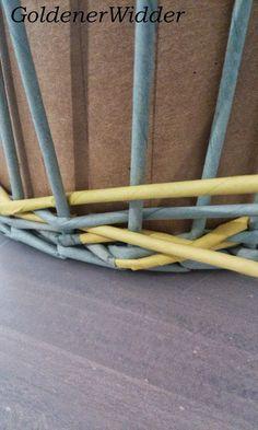 """Плетение из газетных трубочек: Узор """"крестики"""" одинарной трубочкой внутри. Нечётное количество. Круглая форма. Newspaper Crafts, Diy Home Crafts, Crafty, Quilts, Newspaper, Hampers, Button Art, Paper Envelopes, Bonito"""