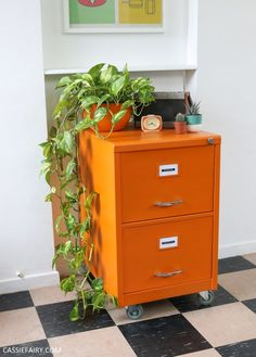 Step-by-step DIY: How to upcycle a rusty old metal filing cabinet Painted File Cabinets, Diy Cabinets, Painting Cabinets, Filing Cabinets, Filing Cabinet Redo, Cabinet Makeover, Kitchen Cabinets, Office Storage Furniture, Furniture Makeover