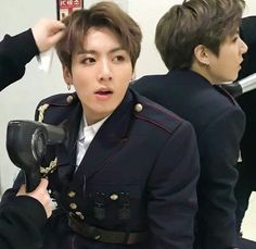 I wonder how can the hair stylist can even concentrate when he is like this
