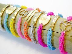 Loombandjes zijn ontzettend hip! Deze makkelijke manier van armbandjes haken kost bijna geen tijd en alle verschillende combinaties van kleuren en hangers zijn mogelijk! Hoe? Dat leggen we je uit in deze tutorial.  #DaWandaDIY #DIY #Homemade