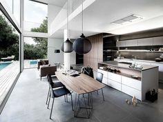 La combinación de madera y laminado blanco es ya un hit de las cocinas del s. XXI que añade personalidad al espacio. Pure, de la marca Siematic, de líneas muy rectas y frentes despejados.