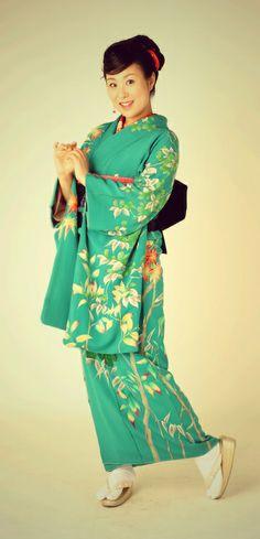 """パーソナリティー◇源川瑠々子の『花の日本橋』/源川瑠々子 (Ruruko Minagawa)2003年10月夏目漱石の「こころ」を原作にしたミュージカル『もうひとつの、こころ』でデビュー。歌手として島崎藤村の詩集を歌った楽曲『初恋』、『銀河』の発表や和小物作家としての顔を持つなど活動は多岐にわたる。着物をこよなく愛し、和の娯楽、和の生活、和のおもてなしを提案する""""和のエンターテイナー""""を目指し精力的に活動中。  源川瑠々子の公式サイト http://www.maruru.net/ruruko/"""