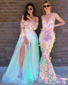 Fun holographic sequinned wedding gowns that remind us of mermaids Spaß holographische Pailletten Brautkleider, die uns an Meerjungfrauen erinnern Pretty Dresses, Beautiful Dresses, Colorful Prom Dresses, Rainbow Dresses, Mode Outfits, Fashion Outfits, 90s Fashion, Petite Fashion, Party Fashion